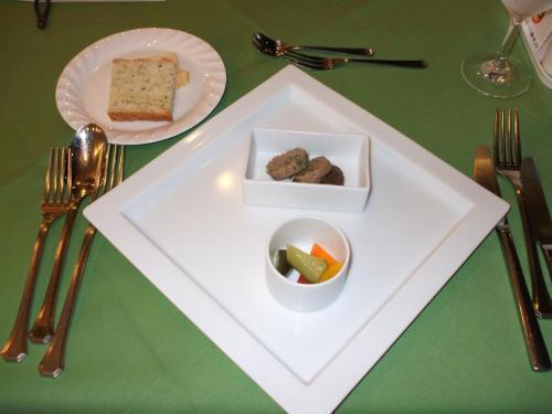 アンティパスト(前菜)とフォカッチャ(イタリアのパン)前菜はフォアグラと野菜のマリネ。フォアグラをパンに塗って食べるとうまい。