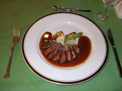 本日の肉料理:脂肪の少ない国産牛サーロイン。Good。