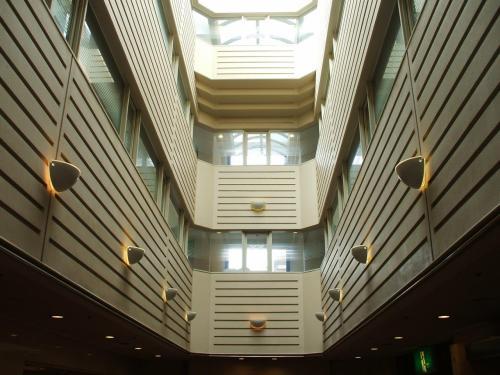 1階から4階まで吹き抜け(写真)になっており、ガラスの天井から明るい光が館内に差し込んでいる。