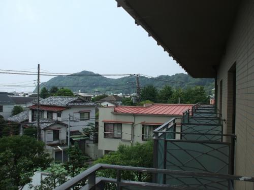 3階の客室のバルコニーからの眺め(写真)。鎌倉の市街が見れるだけで全く面白みがない。
