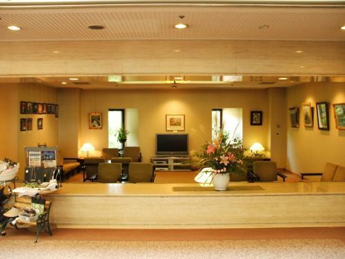 ホテル玄関を入ると正面にラウンジ(写真)があり、沢山の絵画が飾ってある。