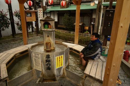 三朝温泉到着<br />旅館街の真ん中にある足湯です。<br />きもちいいーーっ<br />もちろん無料