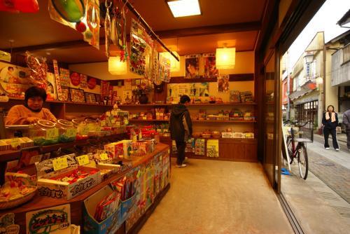 旅館近くのおみやげ屋さんと言うか、<br />「駄菓子屋さん」だね。<br />
