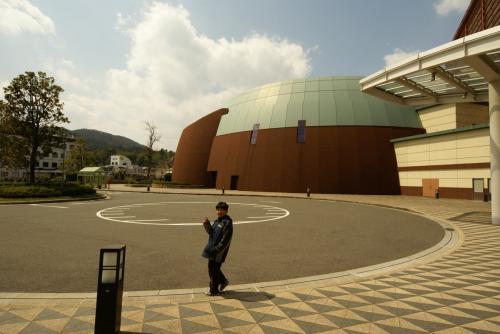 鳥取二十世紀梨記念館<br /><br />http://www.pref.tottori.lg.jp/dd.aspx?menuid=42532<br /><br />駐車場は入り口すぐです。<br />中に喫茶店もあります、
