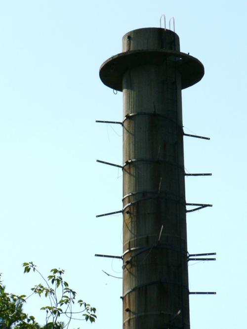 妙見山配水地の旧陸軍香里製造所汽缶場の煙突。