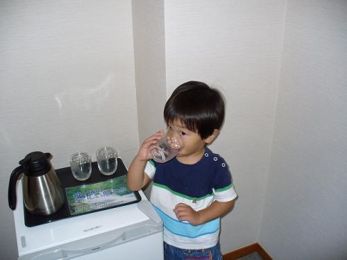 冷蔵庫の上に「大山の地下水」が置いております。<br />すっごいおいしいのです。<br />みんなゴクゴクゴク。<br />販売もされています。