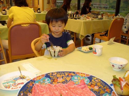 しゅうやんはビュッフェ台にあるお素麺ばっかり☆<br /><br />せっかくだからお肉を食べなさい!!