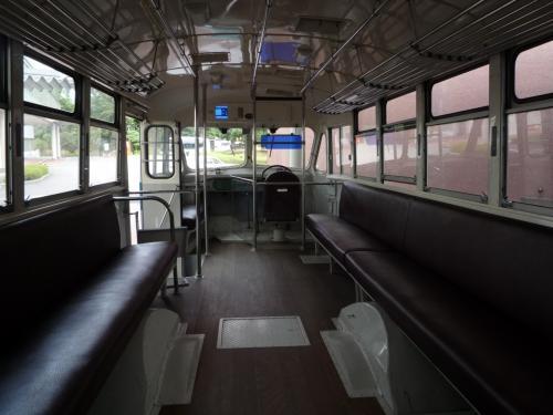 車内です。4tトラックくらいの車幅のバスです。