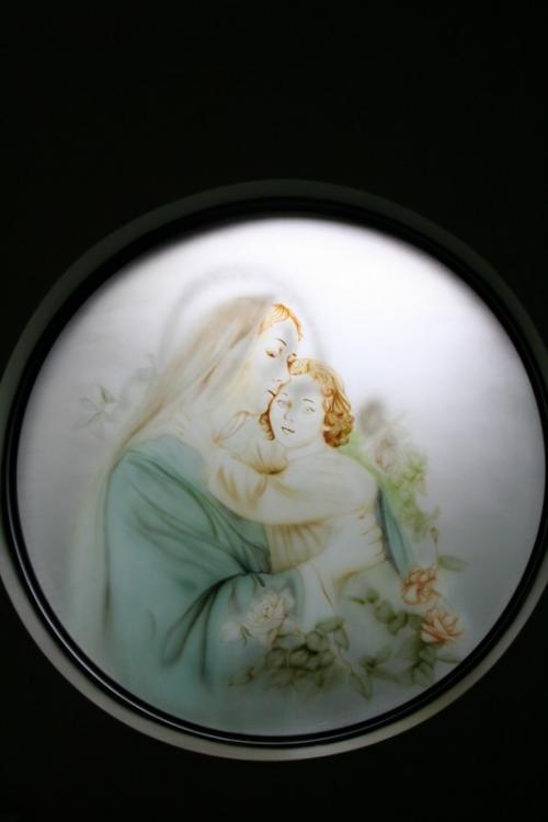 「聖母子像」を表現した絵だと思われますが、全く中国的な雰囲気です。