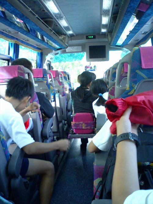 <br /> イザ、しゅっぱ〜つ。<br /><br /><br /> そうそう、ことしの6月から観光バスに乗った時にも、シートベルトせんならんようになったんだわな。<br /><br /> 皆んな、OKですか。<br /><br /> じゃあ、動きますよ。<br /><br /><br /><br /> ほほう、薄型テレビやんか。<br /><br /> 近頃のバスは進んでるのう。<br /><br /><br /><br /> さて、発車したら、早速バスレク係りさんの出番ですよ。<br /><br /> クイズや歌等で車内を盛り上げて行くのじゃ。<br /><br /> がんばっとくれやす。