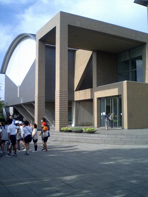 <br /><br /> 40分ほどで、和泉市の「弥生文化博物館」に到着ですわ。<br /><br /> ちょうど9時になるところね。<br /><br /><br /> ちょっと早よ来すぎたな。<br /><br /> 道路渋滞も無く、スムースやったからな。<br /><br /><br /> 9時半の開館まで、暫しお待ちあれ、との事。<br /><br /> まだ、スタッフが揃てへんねんのやな。