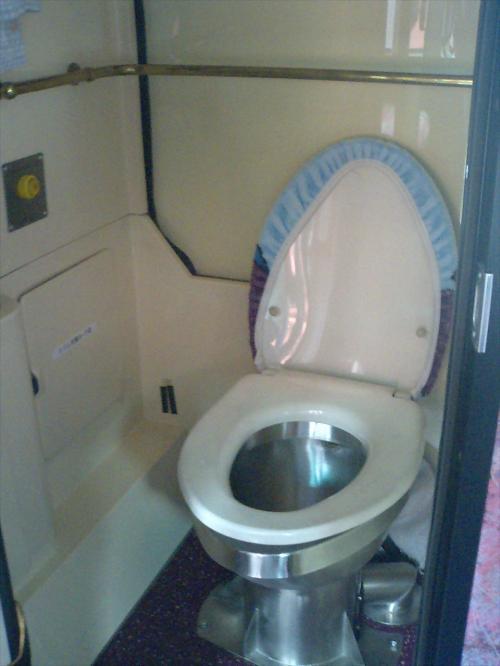 <br /><br /> ほほう、このトイレには、カバーが掛けられてますなあ。<br /><br /> おそらく、担当運転手さんの自腹で装着しはったんやろね。<br /><br /><br /> きょうは、乗車時間が短いので、良い子の皆んなは使用しないでちょうだいや。<br /><br /> ロックはしてないけどね。