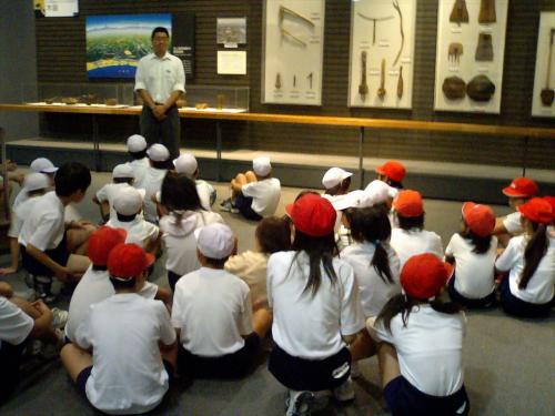<br /><br /> 最初に、学芸員さんのお話ですよ。<br /><br /><br /> 石器時代から、鉄器時代への変遷と、集落生活について等の講義ですじゃ。<br /><br /><br /> 皆んな、理解したかな。