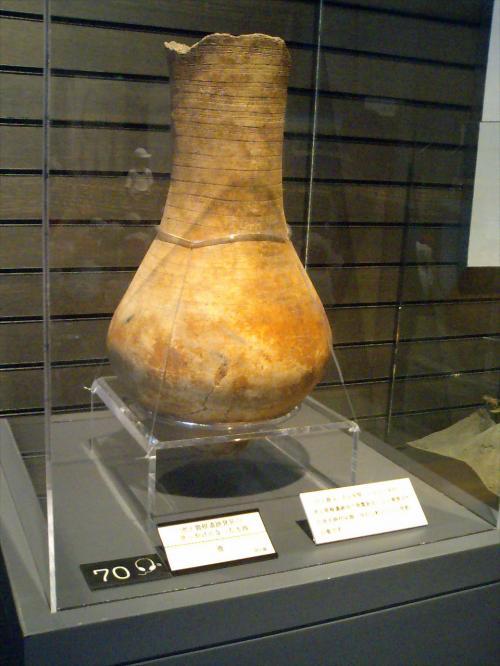 <br /><br /> これが、最初に発見された「土器」ですじゃ。<br /><br /><br /> この発見をきっかけに、大規模な発掘調査が行われたんですと。<br /><br /><br /><br /> この一号器は、近隣の方の個人所有品と書いてありましたわ。