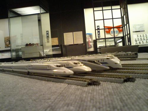 <br /><br /> 展示室に入れば、Nゲージの新幹線などが置かれてますぞよ。<br /><br /><br /> 手前から、「N700系」「700系」「500系」「300系」「100系」じゃわな。<br /><br /> <br /> その向こうに見えるのが、関空快速用の「223系」やろね。