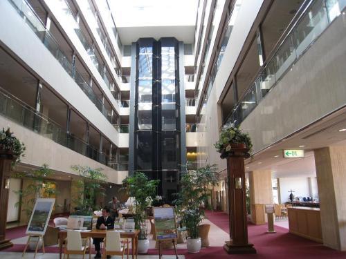 このホテルの一番の特徴はフロント前にある「吹き抜けロビーラウンジ(写真)であろう。