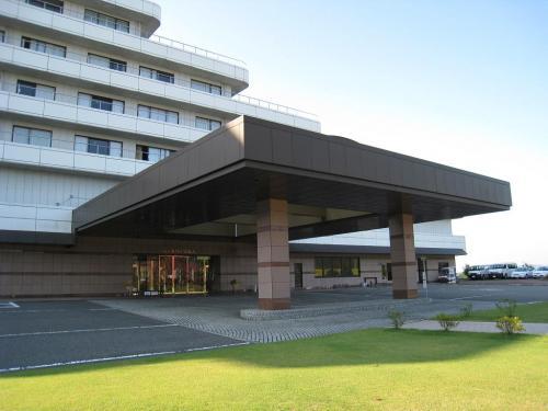 施設の中心はゴルフ場「ダイヤモンド滋賀カントリークラブ」である。カントリークラブだけあってホテルの玄関(写真)は堂々としている。