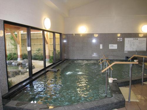 広々とした内湯(写真)からは大きなガラス窓越しに露天風呂が見える。