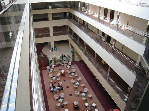 午後2時頃、チェックインを済ませて部屋に向かう。本日の客室は5階のゴルフ場側525号室。5階の廊下から吹き抜けロビーラウンジ(写真)を見下ろす。
