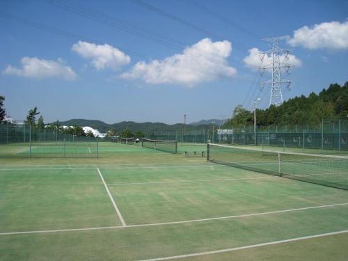 ダイヤモンド滋賀にはオムニコート(写真)5面、ハードコート6面、計11面ものテニスコートがある。私は2日間友人とテニスをしてしっかり汗を流した。コート使用料は平日1面1時間1050円、土曜日1575円。