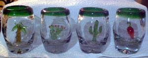 これが卵型のテキーラグラス。中にはガラス細工でウチワサボテンや椰子の木(これ特に店長好きです)、チレなどがあしらわれています。$4US程度なので、お土産にはとても便利です。