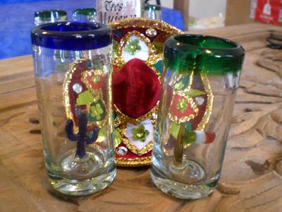 定番の中にサボテンの入ったテキーラショットグラス以外にも、メキシコの国旗の入ったこんなかわいいグラスもあります(^^)<br /><br />ちゃんと手作りのガラス細工です!