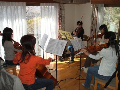 彼女達(写真)は大学のオーケストラの主力メンバーで、私のコテージで集中練習をするのである。バイオリン2名、ビオラ1名、チェロ2名。