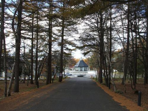 私のワゴン車に全員乗車して名古屋近郊の大学を出発。中央高速道路を快適に飛ばし、諏訪インターで一般道に降りる。写真:ホテルアンビエント蓼科エントランス