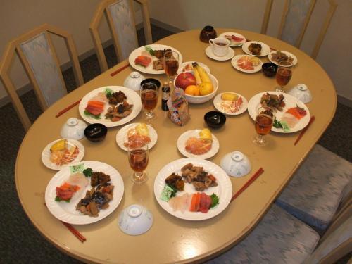 1日目の夕食は和食(写真)。刺身をメインに筑前煮とカボチャの煮物を添える。デザートはフルーツ盛り合わせ。これに、炊きたてのご飯を並べれば立派な夕食になる。