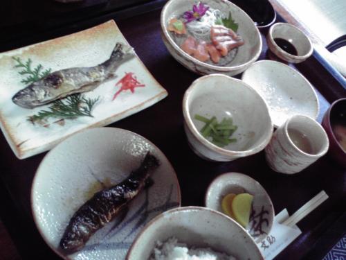ます園文助さんのhttp://www.bunsuke.net/<br />ます園定食2310円<br />後だしのあまごのから揚げがうまかった!<br />ビールがほしかった!