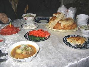 夕方近くになると街は買物をしている人達で活気づいてきます。シャシリクやパンを焼いているのか、あちこちからいいにおいが漂っていました。<br /><br />ウズベキスタンでの定番の食事は、トマトやきゅうりのサラダや塩漬けされた野菜などの前菜、お肉をスパイスで味付けし串に刺して焼いたシャシリク、大きな肉や野菜が入った具だくさんのスープや煮物、お肉のミンチやたまねぎのみじん切りをパイ生地で包んでかまどで焼いたあつあつのサムサ、うどんみたいな麺料理のラグマンなど。。。現地で食べた食事はどれもおいしいものばかりでした。<br /><br />ただ現地の人曰く、「メロン(ロシア語で'ディーニャ')を食べた後は水は飲んではいけない!」とのこと。飲むならお茶だけにしなくてはいけないそうです。メロンを食べた後で水を飲むとお腹を壊すらしいのですが、なぜメロンに対してだけ注意するのかなぁと不思議です。<br /><br />とにかく観光客は現地でお腹を壊しやすいので、ウズベキスタンに行かれる方は注意してください。お腹を壊してしまうとせっかくの旅行も楽しめなくなってしまいます。
