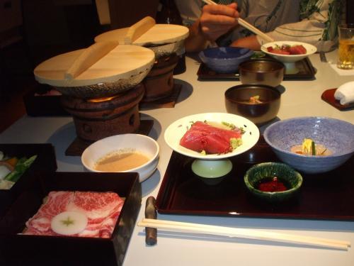 夕食。<br />私たちが食べたのは懐石に和牛のしゃぶしゃぶと、お寿司&天ぷら食べ放題(テーブルオーダー)とゆうコースでした。<br />懐石も量がたっぷりあるのにお寿司やてんぷら食べ放題だなんて!!女性はお替りできないと思う・・。<br />私もおなかいっぱいになっちゃっておすしもてんぷらも2,3個しかつまめなくて残念でした。。<br />主人はなんとか食べれるだけがんばっていましたが。