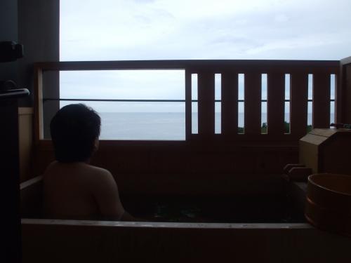 そして翌朝。<br />たっぷり食べて、たっぷり寝て、お部屋の露天風呂で目を覚まします。