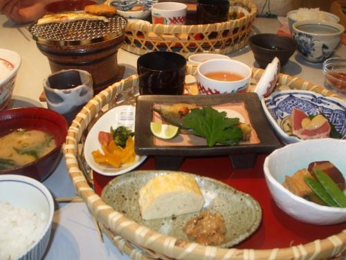 で、朝食。<br />和か洋を選べます。デザートとドリンクはバイキング形式になっていました。
