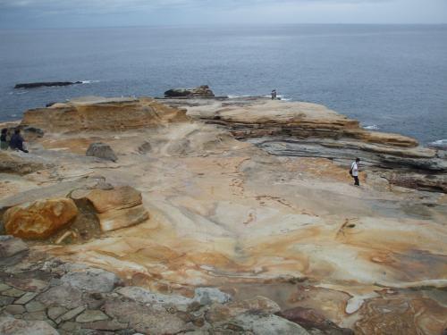 観光スポット、千畳敷。<br /><br />岩が海水やら雨水やらに侵食されてできた不思議スポット。<br />中国人やらの観光客がウヨウヨいました。中国にはもっとすごいところあるやろうに〜。
