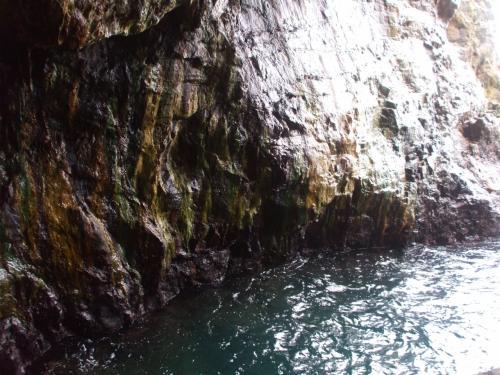 続いて三段壁へ。地下に降りるエレベーターを使って地下洞窟へ。(1200円もした!)これまた海水によって浸食された洞窟。