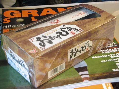新横浜駅で買った、おむすび弁当。<br /><br />グランドスラムを読みながら、新大阪へ向かいます。