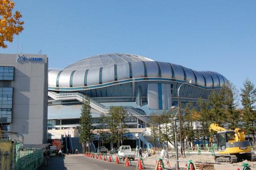 一年ぶりの京セラドーム。<br /><br />隣の建物は「オージス総研」です。