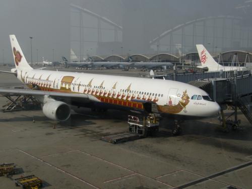 成田〜香港間は意外と速く運航され、<br />2時間くらい乗継時間がありました。<br /><br />退屈しのぎに面白デザイン飛行機探し。<br /><br />タイ国際航空を発見。