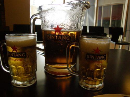 いつも、外食時にはアルコールにありつけませんが、<br />やっと、ビンタンビールのピッチャーに遭遇。<br /><br />ジョッキは2つ。<br />飲んだのは1人です。<br /><br />2週間前のバンコクに続いて、<br />1人ピッチャーに突入です。