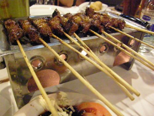 サテ・カンビン<br /><br />ヤギのサテです。<br />火で温めながらテーブルへ運ばれました。<br />オシャレです。<br />でも、味は露店の方が美味しい?