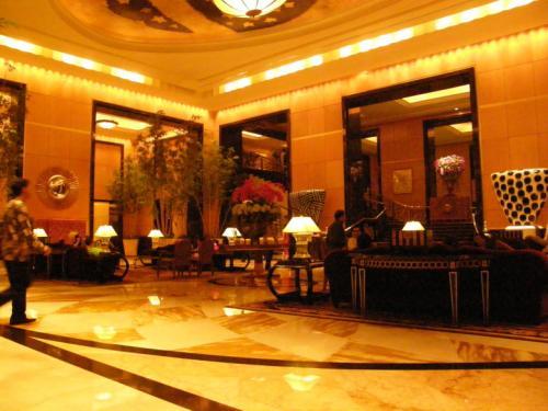 ホテル ムリア セナヤン<br /><br />ロビーは結婚パーティーのお客さんなどで、<br />いつも賑わっていました。<br /><br />ソファーも座り心地が良い、<br />豪華な空間でした。