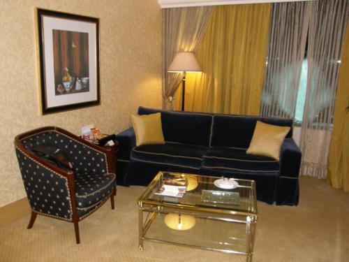 ホテル ムリア セナヤン<br /><br />豪華さとシンプルさを兼ねたような、<br />落ち着きのある家具でした。<br />ソファーの座り心地は良かったです。<br />