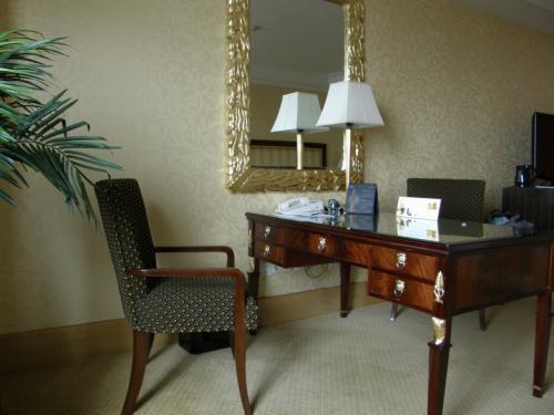 ホテル ムリア セナヤン<br /><br />室内は思ったより、かなり広めに感じました。<br />ソファーやデスク、チェアーも揃い、<br />2人でも余りある広さという感じ。