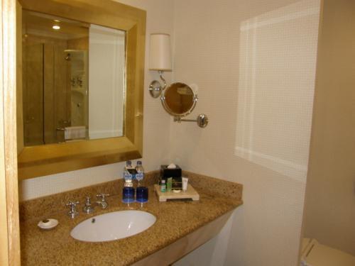 ホテル ムリア セナヤン<br /><br />洗面所も広々。<br />ドライヤー付き。<br />ジャカルタでは珍しく、<br />ヒゲソリもちゃんと置いてありました。