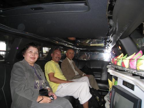 8人乗りのスーパーストレッチリムジンならではで広々快適です。<br /><br />それではこれから宿泊先となるホテルへご案内です。