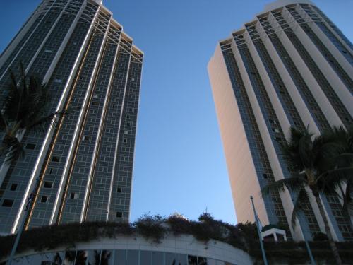 今回も宿泊先は「ハワイプリンスホテル」<br />ワイキキからは少し離れますが、全室がオーシャンフロントでお部屋も広くて快適♪<br /><br />立地も大学まで車で10分ほどでアラモアナショッピングセンターへも徒歩圏内。<br />ホテルの無料シャトルがワイキキまで走ってるので不便さは全く感じないホテルです。