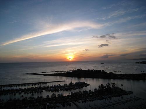 1日の実習が終わり、ホテルのお部屋に戻ると直ぐにサンセットタイムになります。<br />お部屋からの夕焼けはとっても綺麗です。