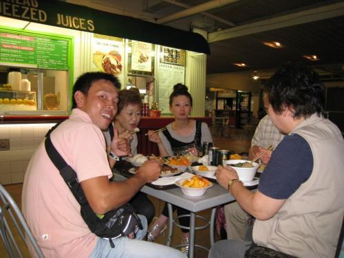 夕食に「インターナショナルマーケットプレイス」のフードコートへ。<br />色々なアジアン料理から好きな物をチョイスして食べました♪<br />この後、DFSへショッピングへ行きました。<br />