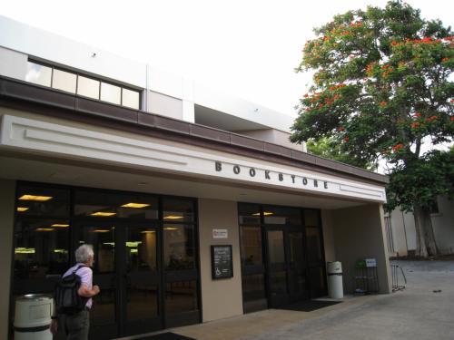 最終日はハワイ大学のグッズなどを販売しているブックストアーに思い出の品を買いに行きました。